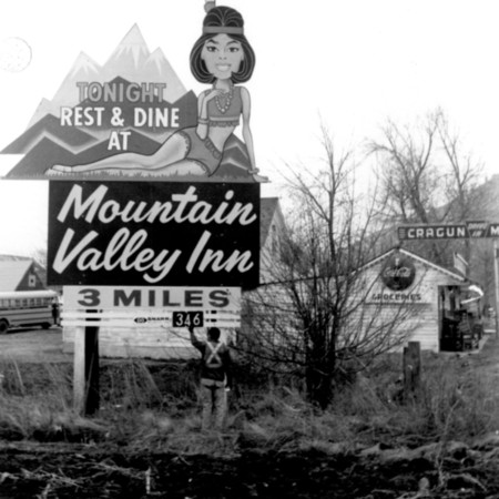 Mountain Valley Inn road sign in Utah County